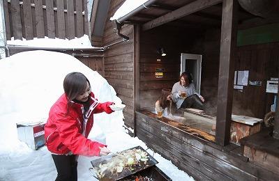 冬 雪 バーベキュー テラス コンドミニアム 女性 モデル